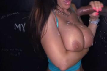 Une femme mature aime recevoir du sperme sur ses gros seins - Glory Hole swallow