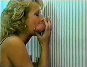 Une femme mature suce des bites à la chaine - Glory Hole Cuckold