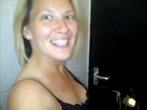 Elle se filme entrain de sucer et se faire baiser par des inconnus - Glory hole fuck
