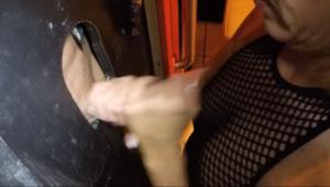 Une blonde mature suce et baise avec un inconnu - Glory hole fuck