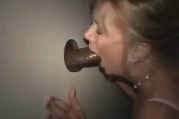Une femme mature est baisée par une bite de black - Glory hole creampie