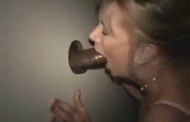 Une femme mature suce une jeune black