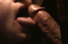Une experte de la fellation suce un inconnu - Glory hole swallow