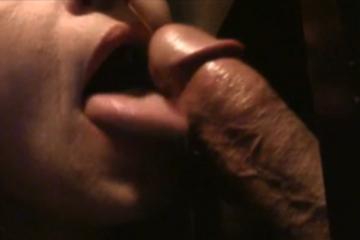Une experte de la fellation suce un inconnu - Glory hole swallow