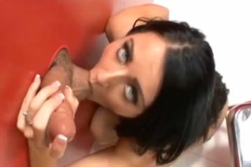 Sophie Dee joue à la salope - Glory hole fuck