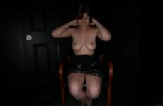 Une jeune femme à la poitrine très sexy avale le sperme d'inconnus - Glory hole swallow