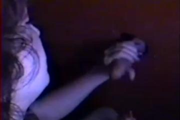 Le mari filme sa femme entrain de masturber des inconnus - Glory hole cuckold