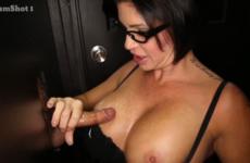 Une femme mature aux gros seins et lunette vident les couilles d'inconnus - Glory hole swallow