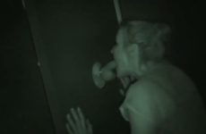 Une blonde amatrice suce la queue d'un inconnu - Glory hole swallow