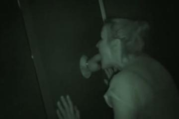 Une blonde amatrice suce la queue d'un inconnu - Glory hole swallow