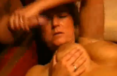 Une femme mature aux gros seins branle une grosse bite - Glory hole swallow
