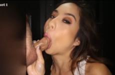Une jeune asiatique avale le sperme de cinq bites - Glory hole