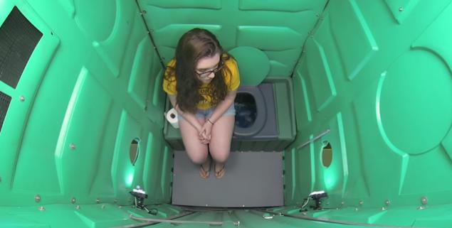 Une jeune étudiante suce des inconnus dans des toilettes