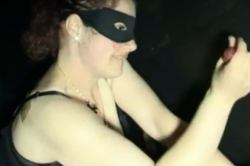 Une femme masquée suce un inconnu - Glory hole