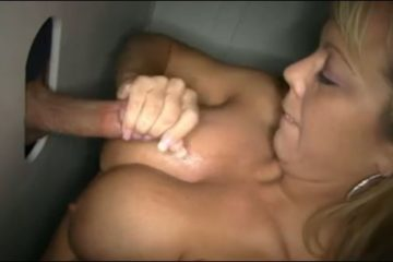 Belle mature sexy aux gros seins masturbe une bite gloryhole - Glory Hole