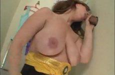 Superbe femme avec de gros seins suce une enorme bite- Glory Hole