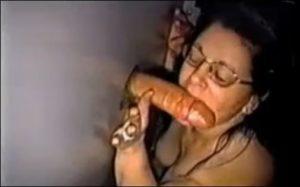 Une femme mature suce une enorme bite dans un gloryhole - Glory Hole