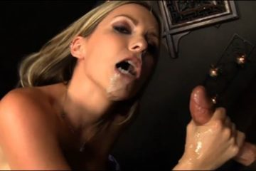 Courtney adore sucer de grosses bites et avaler leur sperme chaud - Glory Hole