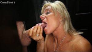 Une femme mature fait sa salope devant un gloryhole et recoit 9 cumshots - Glory Hole