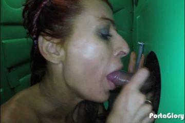 Video gloryhole d'une femme mature sexy qui suce la bite d'un inconnu - Glory Hole