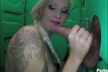 milf-blonde-suce-et-avale-le-sperme-dun-inconnu-glory-hole