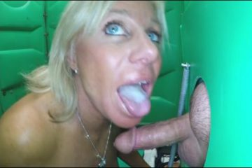 une-blonde-mature-avale-le-sperme-dun-inconnu-gloryhole-glory-hole