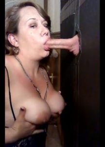 grosse-milf-suce-une-grosse-queue-en-gloryhole-glory-hole