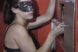 Ma salope de femme cuckold branle, suce et baise un inconnu - Glory Hole