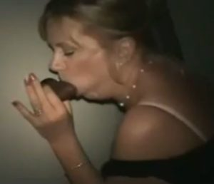 Blonde mature salope suce et baise une BBC en gloryhole - Glory Hole
