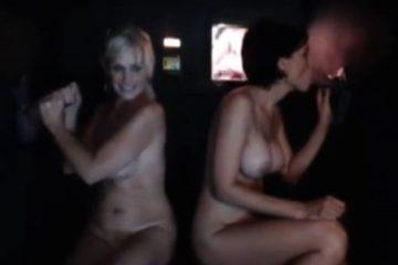 Deux femmes bi sucent des bites en gloryholes et font les lesbiennes - Glory Hole