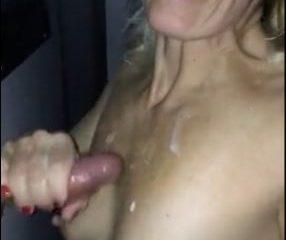 Une MILF salope suce et se met du sperme sur ses seins - Glory Hole