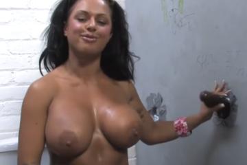 Kerry Louise, une sexy brune se fait plaisir