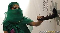 Nadia Ali suce une bite noire