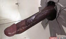 Sexe Gloryhole avec une brunette bandante
