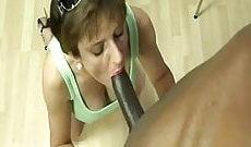 Sonia la cochonne suce grosse queue noir